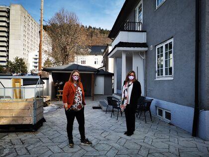 DET NYE HUSET: Her står Bente og Ann Kirsti foran huset Drammen Sanitetsforening kjøpte i fjor. Her har de grillplass og dyrkekasser for medlemmene.
