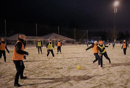 KAMP OM BALLEN: Her trener SIFs damer på Gulskogen. Ingrid Varreng og Alva Moberg i kamp om ballen.