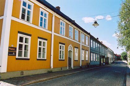 Før kveldsintervjuet har byantikvar Vegard Lie hatt befaring i Øvre Storgate, i det såkalte Biedermeierkvartalet. Der hadde Lie samtaler med arkitekten til den nye eieren av tidligere Wriedts Bryggeri fra 1856 ved Øvre Sund bru.