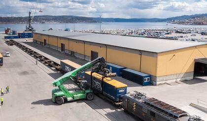 KORTREIST. Det er kort vei fra Norgips-fabrikken (som kan skimtes bak til høyre på bildet) og til Drammen havn der containerne med ferdige produkter nå lastes over på jernbane for videre transport.