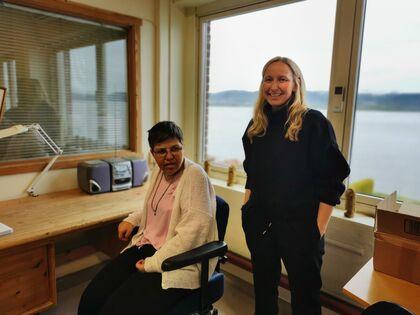 ARBEIDSPLASSEN: En trollemor må ha en fin arbeidsplass. Tina Cecilie Rojahn Sagvik er en av lederne på Vinn Industri AS, og hun er glad for at Laila trives godt på jobb.