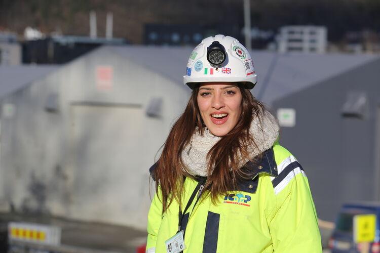 HERLIG HUMØR Bare 30 år og kvalitetsingeniør for tunnelbyggerne. Giada Nikita Toscano fra Sicilia stortrives på jobb på Sundland