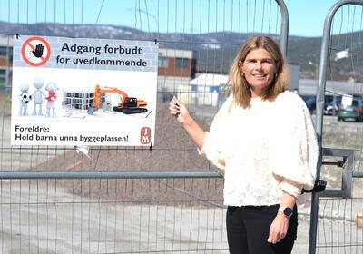Salget er i gang, og nå starter også selve byggingen. Salgsleder for JM Elin Bøe skal i første omgang selge unna det første byggetrinnet.