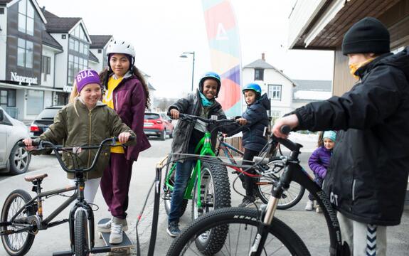 Bilde av glade barn med sykler utenfor BUA Ringsaker