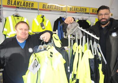 LEVDE UT DRØMMEN: Lars Inge Svendseid Mikkelsen og Asif Khalil tok begge mot til seg og startet opp butikk for første gang i sitt liv. På Gulskogen har de etablert Drammen Yrkesklær.