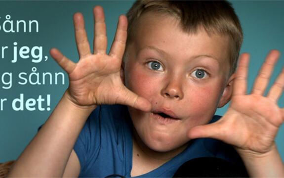 Bilde av en gutt som holder hendene åpne og med sprikende fingre, som en innramming for ansiktet