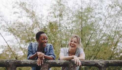 To smilande kvinner utandørs.