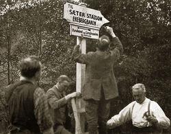 Det første stiskiltet i Østmarka ble satt opp mellom Skullerud og Østmarkskapellet i 1925. Foto: O. J. Berg. Fra boka «Oslo-Marka», 1939.