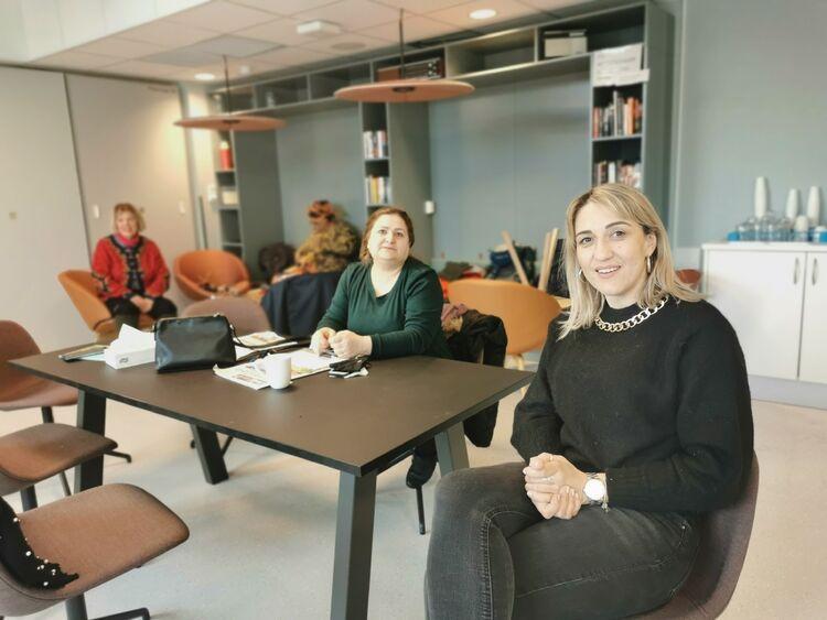 Amra Okanovic (i grønt) har høy utdannelse fra hjemlandet Bosnia. Nå har hun fått språkpraksisplass på en barnehage i Skoger.
