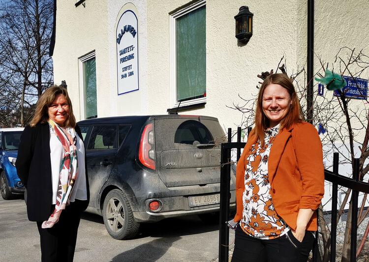 SANITETSKVINNER: Styreleder Ann Kirsti Skogly (t. v.) og daglig leder Bente Bostrøm foran huset i Amtmann Bangs gate 1a.