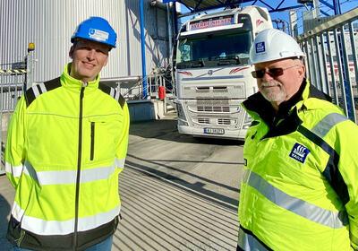 Assisterende havnedirektør ved Dammen havn, Ivar Vannebo (t.h.) og salgssjef for ««Air1 AdBlue» i Yara; Edgar Borge bivåner at containere med Air1 flyttes fra bil til tog ved Drammen havn. – I fjor så sparte vi miljøet for mer enn 1.500 trailer-turer, sier Borge som samtidig utfordrer Bane NOR til å komme opp med kompenserende tiltak når de hvert år stenger ned godstrafikken på bane i Drammen.