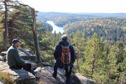 Forfatteren har blant annet vært på tur med Kaj Nordtvedt og Johan Ellingsen til Tonekollen (368 moh.), med vakker utsikt mot Mosjøen, foran den berømte furua som gikk tapt i vinter.