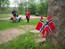 Milorg-bautaen står plassert like ved skogsveien som passerer forbi Sarabråten, som er et populært turmål på østsiden av Nøklevann.