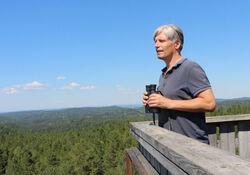 Ola Elvestuen var klima- og miljøminister da regjeringen 13. november 2019 kunngjorde starten på den formelle verneprosessen. Bildet er fra 2018, på toppen av branntårnet på Kjerringhøgda. Foto: Bjarne Røsjø, Østmarkas Venner.