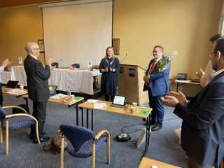 Kommunedirektør Ola Morten Teigen ble takket av med stående applaus fra kommunestyret, her representert ved tidligere ordfører Kurt Jenssen og nåværende ordfører Aina Nilsen.