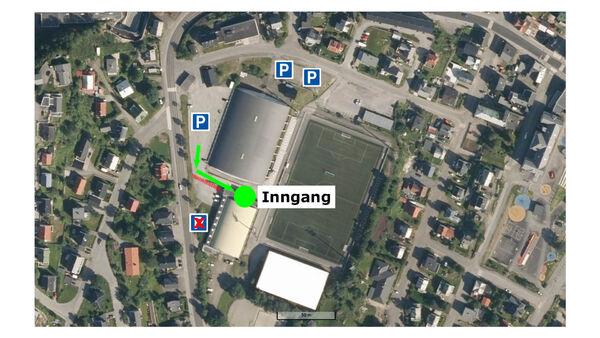 Legg merke til parkeringsplassene - og at man ikke kan parkere helt inntil Harstadhallen, da denne plassen er reservert biler tilknyttet vaksineringen.