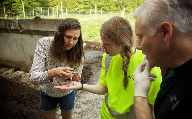 EN NØTT: I fjor sommer: Produksjonssjef i Greve biogass Mariann Hegg sammen med representanter fra Norges Geotekniske Institutt (NGI) gjør en separasjonstest på biogjødselen.