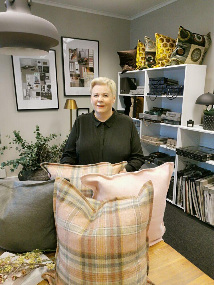 Interiørdesigner Marit Rosenberg i sitt showroom i Nedre Storgate i Drammen. FOTO: PRIVAT