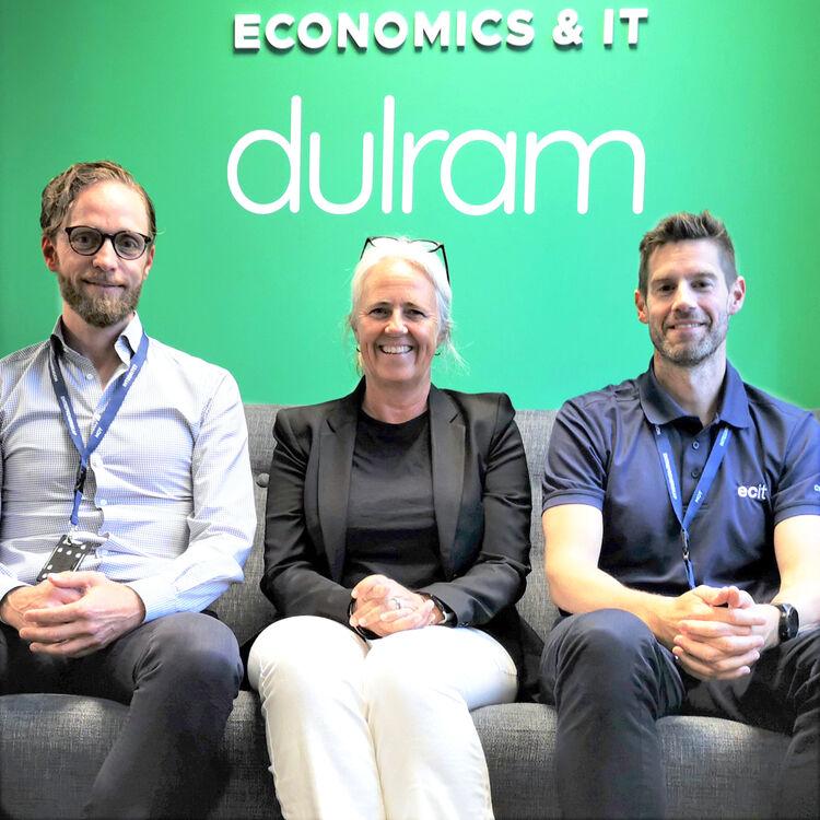 Etter strategisk arbeid er nå ECIT børsnotert. Det skal feires med de ansatte i august. F. v.: Rune Neri, avdelingsleder for datasenterteknologi, daglig leder Torstein Håvardsrud og Kari Næsfeldt, daglig leder for ECIT Viken, avdeling Drammen.