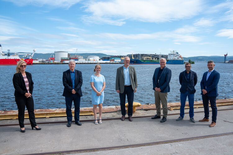 Fra venstre: Ann-Christin Andersen (Styreleder, Drammen havn), Jarle N. Hansen (teknisk sjef, Drammen havn), Gudveig Bellen Nordahl (HMS-leder, Drammen havn), Arild Moe (Administrerende direktør, NRC Group Norge), Erdil Kenar (prosjektleder, NRC Group Norge) og Peter Sundbø Norreen (prosjektsjef, NRC Group Norge).