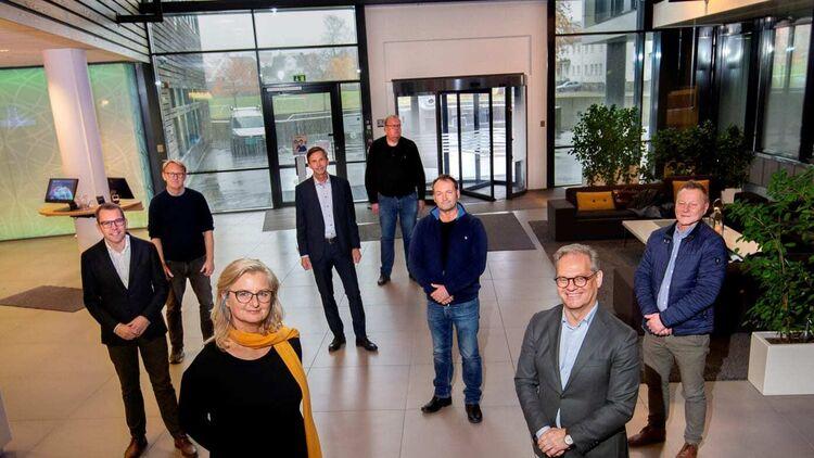 Styrelederne (foran) – Ann-Christin Andersen og Lars Erik Torjussen – er glade for å få fortsette fusjonsprosessen. FOTO: GLITRE ENERGI