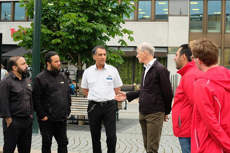 Jonas Gahr Støre og Masud Gharakhani i samtaler med taxi-næringen i Drammen.