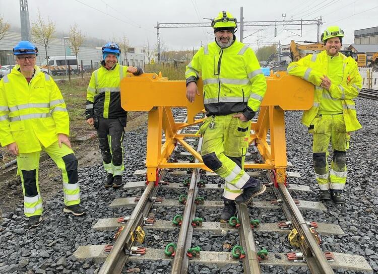 Bane NORs sensorer Amund Johnsrud (f.v.) og Tor Veslegard, gratulerer de to nye banemontørene Erik Eriksson og Ståle Jacobsen.