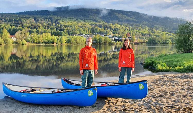 Andreea Anghelea og Erling Husby gleder seg til å ta med folk ut på elva i kano i sommer.