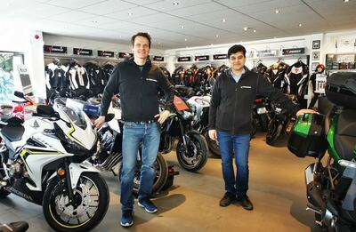 Torgeir Jahren (t. v.) og Kazim Jamal eier nå halvparten hver av Monsterbike AS. Butikken er nå koronastengt, men aktiviteten er likevel stor.