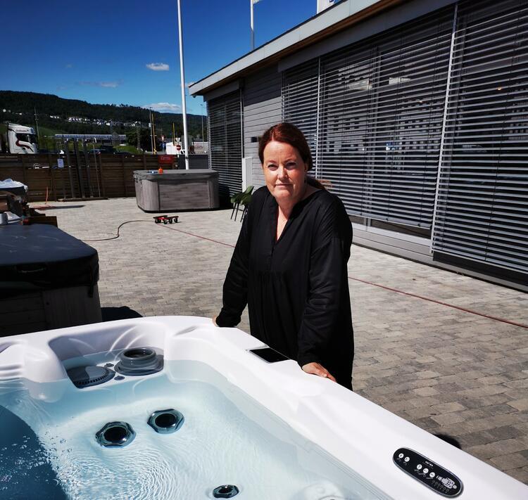 Line Høvik i Spatec AS opplever at mange kjøper massasjebad i koronatiden. Selv liker hun best å sitte i massasjebadet ute om vinteren.