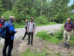 Johan Ellingsen (t.v.) og Sigmund Hågvar (t.h.) var guider for klima- og miljøvernministeren. Foto: Even Aronsen, KLD.