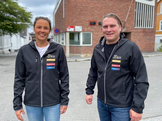 Eli-Jeanette Olsen og Espen Ludviksen i de nye flotte jakkene som frivillige får. Foto: Øivind Arvola