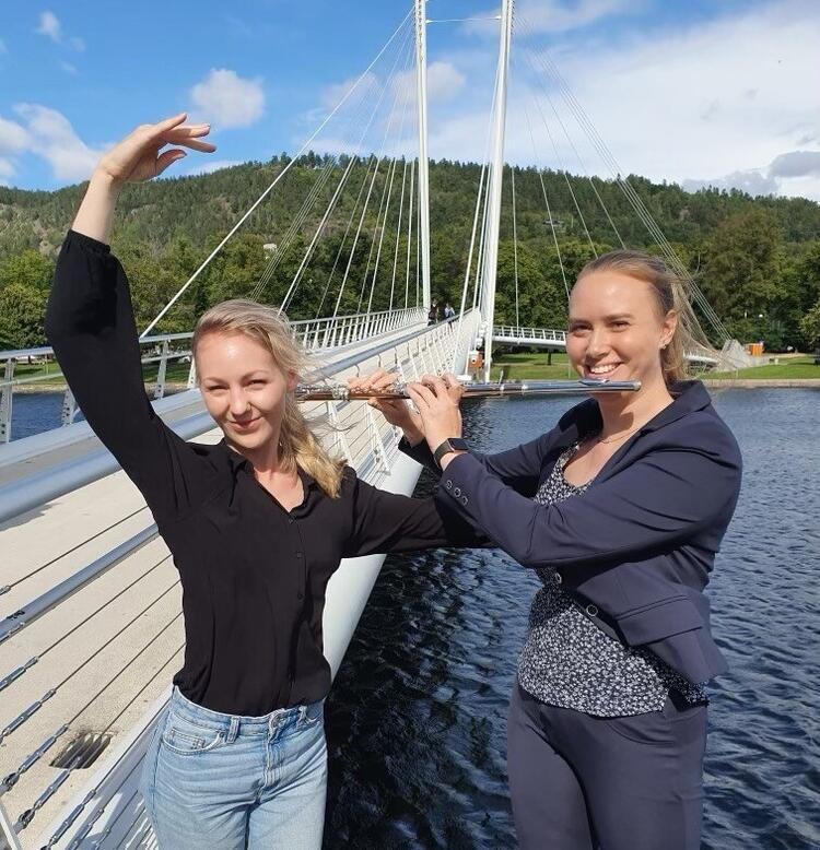 Fløytist og danser: Julie og Oda, to topp engasjerte og velutdannete jenter fra Drammen ønsker å starte en festival der hovedmålet er å inspirere og motivere unge talenter gjennom kontakt med profesjonelle kunstnere.