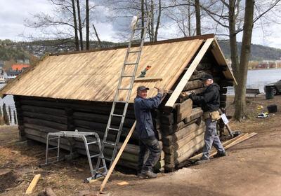 Per Gurandsrud og Truls Oppen kan endelig si at taket er på og Stemhuset fra Sigdal i hel stand.