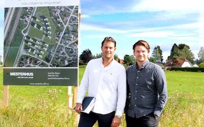På Stillerud kunne det vært bygget boliger i 1993, men det tok altså 28 år før planen endelig kunne iverksettes. Snart kan kunderådgiver fra Mesterhus Joachim Røren (33), og Ole Kristian Lofsberg (30) i Stillerud Utvikling iverksette bygging og salg av 18 eneboliger.