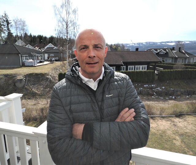 Knut Weltz i Huseierne mener Drammen kommune må ha en bedre plan for å binde innbyggerne i ytterkantene av kommunen nærmere sentrum. Her er han hjemme i sitt hus på Langløkka.