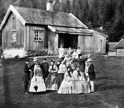 Forsiden på rapporten prydes av et bilde fra Sarabråten i 1870, og markerer at dette stedet ved Nøklevann spilte en viktig rolle i fremveksten av friluftsliv-bevegelsen i Norge. Foto: Ukjent/Digitalt museum.