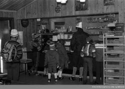 Flere av serveringsstedene i marka ligger i verneverdige bygninger. Bildet er fra Sandbakken i 1978. Foto: Ukjent/Digitalt museum.