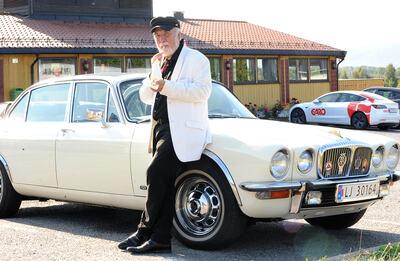 Med softis på trubadurvis på Lierkroa med sin Daimler XJ6 serie 2 fra 1978. Wilfred Liljeroos har startet forberedelsene til høstsesongen. Med kabareten eller revyen «Taube for to» har han fått med seg kjente og kjære lokalartister til Lier kulturscene 14. oktober. FOTO: GEIR A. ARNEBERG