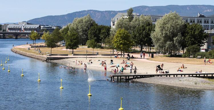 September har så langt vært unormalt varm i store deler av landet. Her nyter folk finværet på stranda i Drammen. FOTO: LISE ÅSERUD/NTB