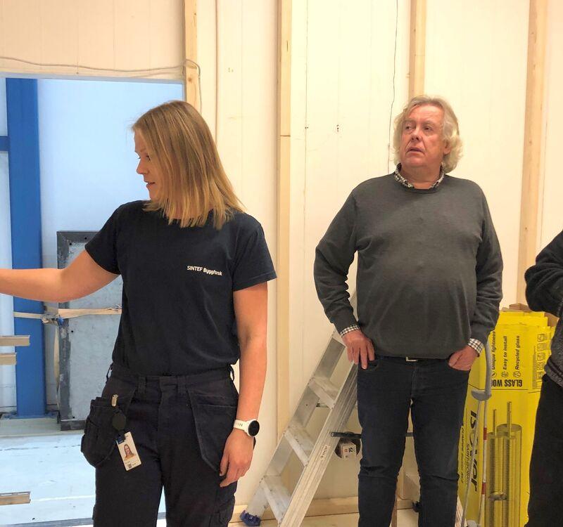 Anja Engtrø (SINTEF), Magnus Evje (Omsorgsbygg Oslo KF) og Geir Andersen (Drammen Eiendom KF) diskuterer løsninger for varmtvannsystemer. Foto: SINTEF