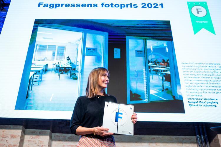 Sonja Holterman tok imot Fagpressens fotopris 2021 på vegne av fotograf Maja Ljungberg Bjåland i bladet Utdanning.  FOTO: HÅKON MOSVOLD LARSEN/NTB