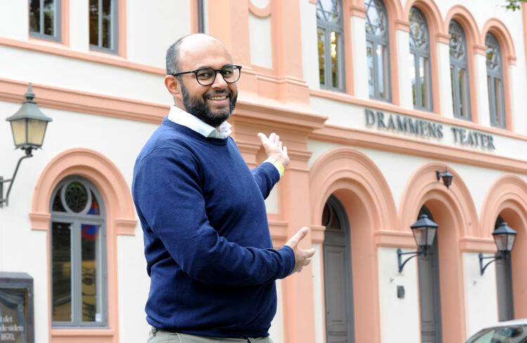 Adnan Afzal er mannen bak Bærekraftkonferansen, og onsdag 29. september arrangeres den tredje konferansen i teateret.