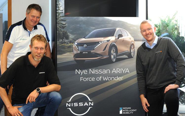 Salget av Nissan Ariya har startet hos Mobile i Drammen. Salgssjef Tom Erik Moen (f.v.), Eirik Hunsrød Skau (under) og Marius Sørum (t.h.) har klokkertro på Nissans nye el-flaggskip.