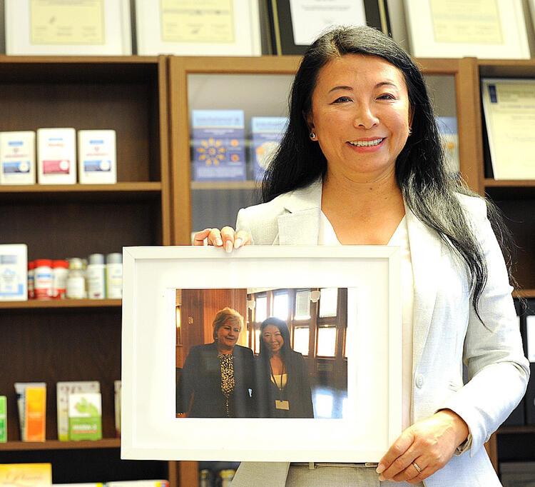 Zy Kristoffersen har endelig lyktes å komme gjennom det kinesiske nåløyet.  Her viser hun et bilde sammen med statsminister Erna Solberg da de møttes i Kina.