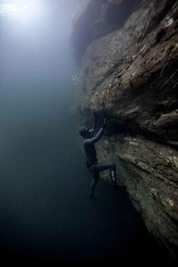 Lutvann er 54 meter dypt, og terrenget i dypet er like bratt som det er på oversiden.