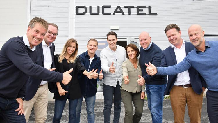 Drammensbaserte Ducatel blir Ahlsell, men beholder navnet og de ansatte. Her er sjefene i de to selskapene samlet ved daglig leder og eier i Ducatel Bjørn Edward Torgersen (f.v.), Mikael Falk (Head of M&A Ahlsell), Linn-Christin Haugland Torgersen (Ducatel eier), Thomas Haugland Torgersen (KAM og eier Ducatel), Gøran Haugland Torgersen (Ducatel eier), Anne Kathrin Haugland Torgersen (Ducatel administrativ leder og eier), Øyvind Kristensen (Markedssjef og eier Ducatel), Lars Erik Finne (direktør M&A Ahlsell), John Thomas Blandhoel (Divisjonsdirektør EL og VVS Ahlsell).