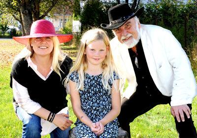 Kristin Gjelsnes, alias Hildur Larsson, og hennes datter i stykket, spilt av Elisa Bergland, samt Wilfred Liljeroos, alias Fredric don Frederico.