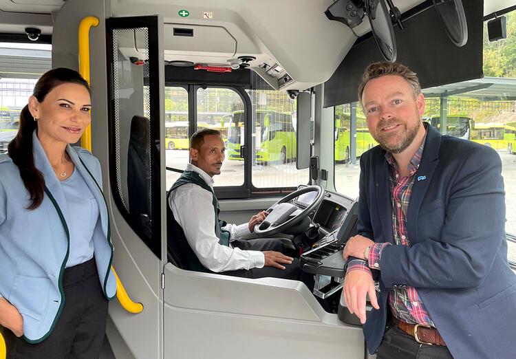 Bussjåførene Alime Demir og hennes kollega Fitwi sammen med arbeids og sosialminister Torbjørn Røe Isaksen. FOTO: ASD