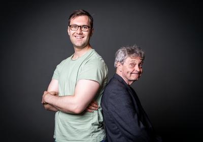 Christopher Bakken bistår med noe support når Jon Gjerde feirer 25-år på humorscenen 20. oktober.